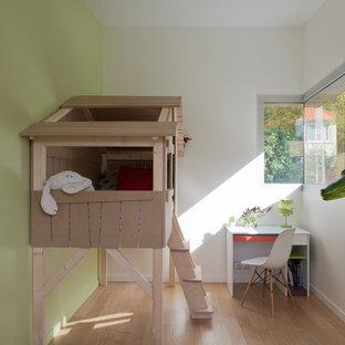 Exemple d'une chambre d'enfant tendance.