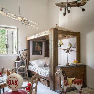 Cette photo montre une chambre d'enfant de 4 à 10 ans nature de taille moyenne avec un mur blanc.