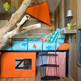 Aménagement d'une chambre d'enfant de 4 à 10 ans montagne de taille moyenne avec un sol en bois brun.