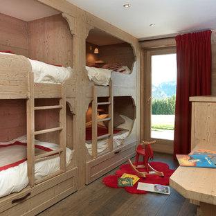 Idées déco pour une chambre neutre de 4 à 10 ans montagne de taille moyenne avec un mur beige et un sol en bois brun.