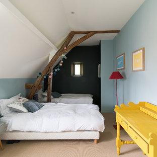 Idées déco pour une chambre d'enfant campagne avec un mur bleu, moquette et un sol beige.
