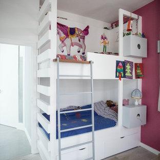 Inspiration pour une petit chambre d'enfant de 4 à 10 ans design avec un mur rose, un sol en bois clair et un sol beige.