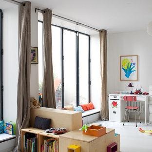 Inspiration pour une grande chambre neutre de 4 à 10 ans design avec un bureau et un mur blanc.