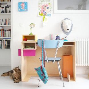 Cette image montre une chambre de fille de 4 à 10 ans bohème de taille moyenne avec un bureau et un mur blanc.