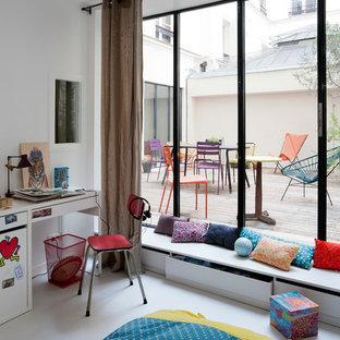 Cette photo montre une chambre d'enfant tendance de taille moyenne avec un mur blanc et un sol blanc.