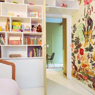 Bild på ett mellanstort funkis flickrum kombinerat med sovrum och för 4-10-åringar, med betonggolv och flerfärgade väggar