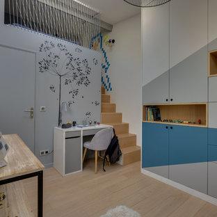 Réalisation d'une chambre d'enfant urbaine avec un mur blanc, un sol en bois clair et un sol beige.