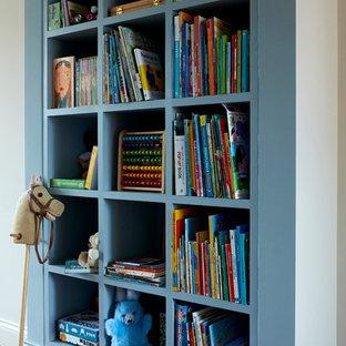 Idee per una cameretta per bambini da 4 a 10 anni vittoriana di medie dimensioni con pareti beige, pavimento in legno massello medio e pavimento beige