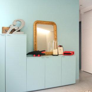 Aménagement d'une chambre neutre de 4 à 10 ans contemporaine de taille moyenne avec un mur bleu et béton au sol.