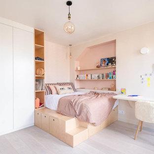 Idées déco pour une chambre d'enfant contemporaine avec un mur beige, sol en stratifié et un sol beige.