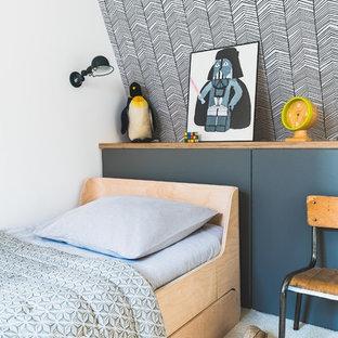 Aménagement d'une chambre d'enfant contemporaine avec un mur blanc, moquette et un sol blanc.