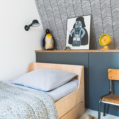 Kids' bedroom - contemporary gender-neutral carpeted and white floor kids' bedroom idea in Paris with white walls