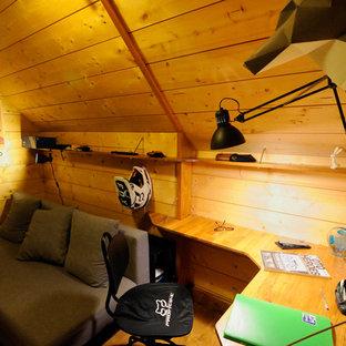 Ispirazione per una piccola cameretta per bambini minimalista con pareti beige, pavimento in legno massello medio e pavimento marrone