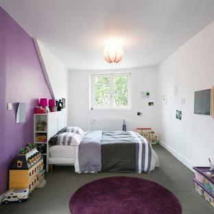 Cette image montre une grand chambre d'enfant de 4 à 10 ans traditionnelle avec un mur blanc.