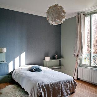 Cette image montre une grande chambre d'enfant design avec un mur gris et un sol en bois brun.