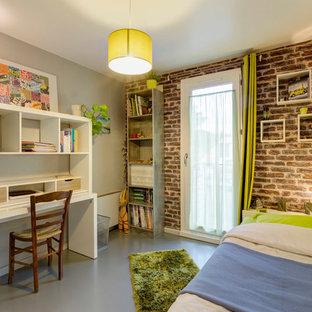 Idée de décoration pour une chambre d'enfant design de taille moyenne avec un bureau et un mur gris.
