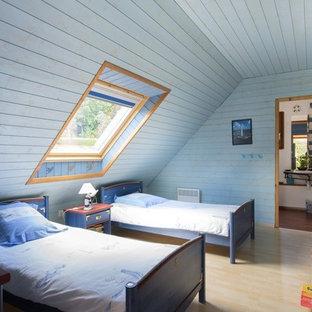 Idées déco pour une grand chambre d'enfant de 4 à 10 ans bord de mer avec un mur bleu et un sol en bois clair.