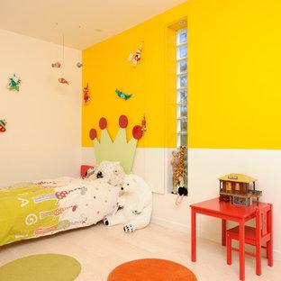 Inspiration pour une chambre d'enfant de 4 à 10 ans design avec un sol en bois clair et un mur multicolore.