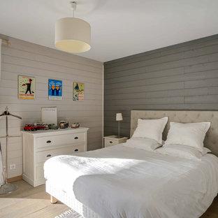 Cette image montre une chambre d'enfant marine avec un mur beige, un sol en bois clair et un sol beige.