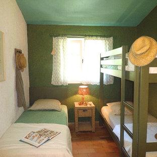 Inspiration pour une chambre d'enfant rustique avec un mur vert et un sol en carreau de terre cuite.