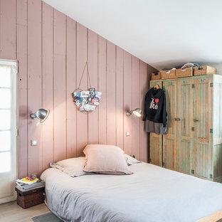 Idées déco pour une chambre d'enfant campagne de taille moyenne avec un mur rose et un sol en bois clair.