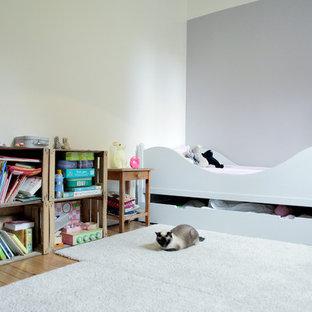 Réalisation d'une chambre d'enfant de 1 à 3 ans design de taille moyenne avec un mur gris et moquette.