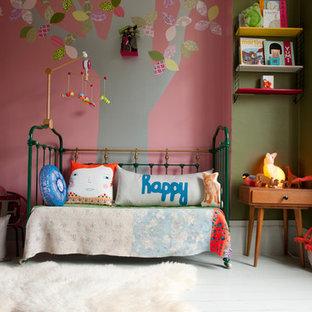 Cette photo montre une chambre d'enfant tendance de taille moyenne avec un mur multicolore, un sol en bois peint et un sol blanc.