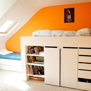 Idée de décoration pour une chambre d'enfant design de taille moyenne avec un mur orange, moquette et un sol beige.
