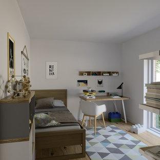 Inredning av ett minimalistiskt litet barnrum, med vita väggar och laminatgolv