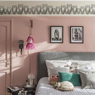 Idee per una cameretta per bambini mediterranea di medie dimensioni con pareti rosa, parquet scuro e pavimento marrone