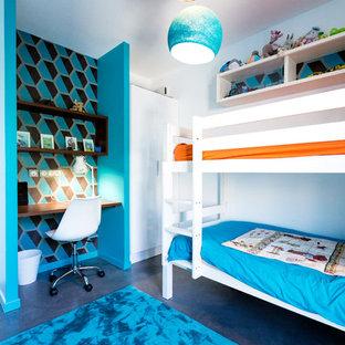 Foto på ett mellanstort funkis pojkrum kombinerat med sovrum och för 4-10-åringar, med blå väggar, betonggolv och grått golv