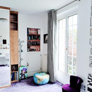 Idéer för mellanstora funkis barnrum kombinerat med sovrum, med vita väggar, heltäckningsmatta och lila golv