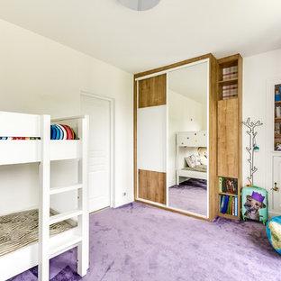 Bild på ett mellanstort funkis barnrum kombinerat med sovrum, med vita väggar, heltäckningsmatta och lila golv