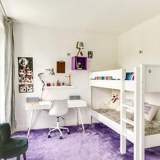 Inredning av ett modernt mellanstort barnrum kombinerat med sovrum, med vita väggar, heltäckningsmatta och lila golv