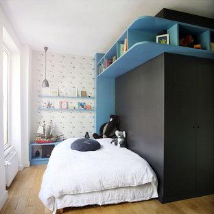 Inspiration pour une chambre d'enfant design avec un mur noir, un sol en bois clair et un sol marron.