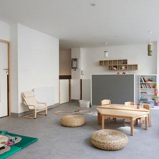 Cette image montre une chambre d'enfant de 1 à 3 ans nordique avec un mur blanc et un sol gris.
