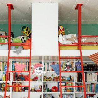 Inspiration pour une petit chambre d'enfant de 4 à 10 ans design avec un mur bleu.