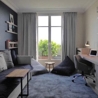 Foto di una piccola cameretta per bambini minimalista con pareti blu e parquet chiaro
