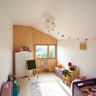 Idées déco pour une chambre d'enfant de 1 à 3 ans contemporaine avec un mur blanc et un sol en bois clair.
