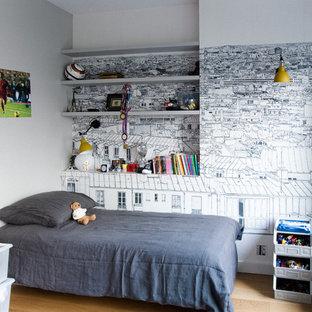 Cette photo montre une chambre d'enfant de 4 à 10 ans tendance de taille moyenne avec un mur multicolore et un sol en bois clair.