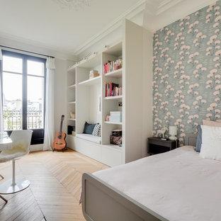 Inspiration pour une chambre d'enfant traditionnelle de taille moyenne avec un mur multicolore, un sol en bois clair et un bureau.