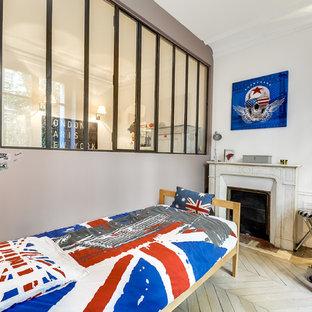 Idées déco pour une petit chambre d'enfant classique avec un mur blanc et un sol en bois clair.