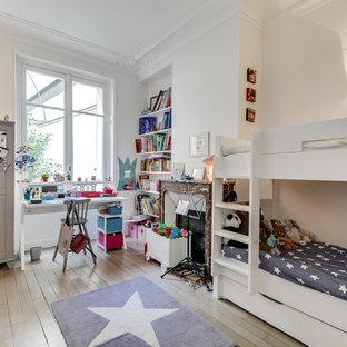 Inspiration pour une grand chambre d'enfant de 4 à 10 ans traditionnelle avec un mur blanc et un sol en bois clair.