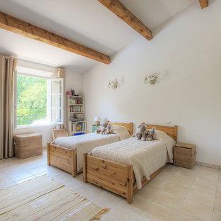 Réalisation d'une chambre d'enfant méditerranéenne avec un mur blanc et un sol beige.