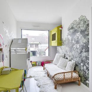 Exemple d'une chambre d'enfant de 1 à 3 ans tendance avec un mur multicolore, un sol en bois clair et un sol blanc.