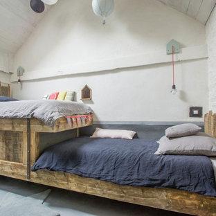 Exemple d'une chambre d'enfant de 4 à 10 ans tendance de taille moyenne avec un mur blanc.