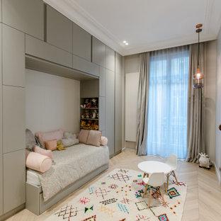 Réalisation d'une chambre d'enfant de 1 à 3 ans design avec un mur gris et un sol en bois clair.