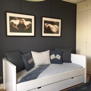 Esempio di una grande cameretta per bambini da 4 a 10 anni minimalista con pareti blu e parquet chiaro