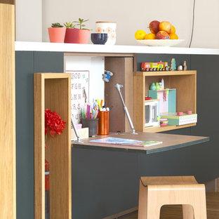 Ejemplo de dormitorio infantil nórdico con paredes grises y suelo de madera en tonos medios