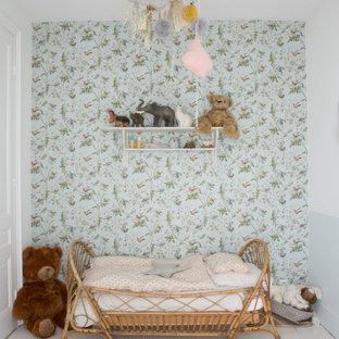 Inspiration pour une chambre d'enfant de 1 à 3 ans traditionnelle de taille moyenne avec un mur gris, un sol gris et du papier peint.